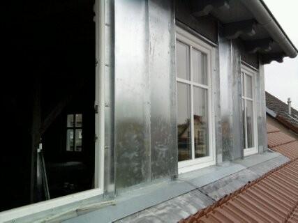 Neueindeckung des Steildaches,Gauben wurden mit Zink eingepfalzt.