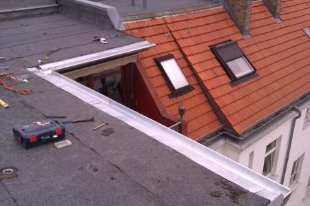 Dachrinne überhalb eines Dachgeschossbalkons erneuert.